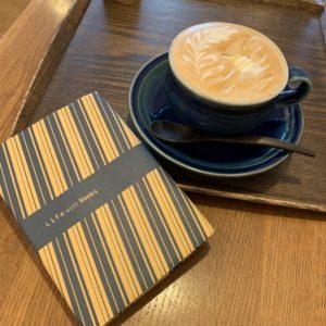 いっちょまえにカフェとかで小説読んだりします。